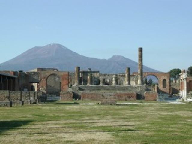 scavi-di-pompei-con-vesuvio-300x225