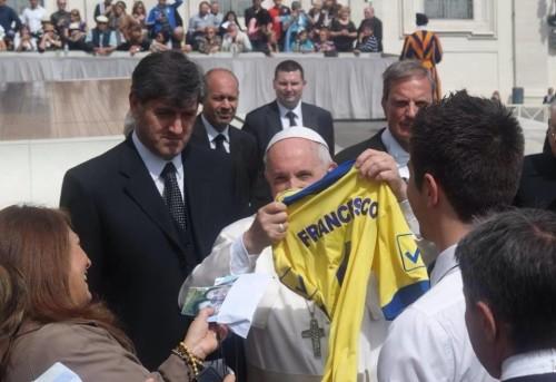 Papa Francesco con maglietta Ischia calcio