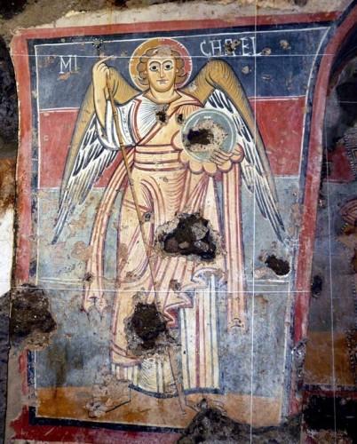 Particolare dell'affresco dell'arcangelo Michele presso la navata centrale di Grotta San Biagio