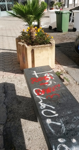 Simboli satanici su una panchina a Ercolano