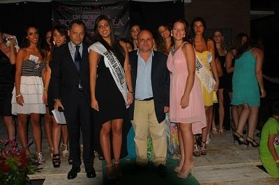 2. Al centro la vincitrice Maria Esposito - Reginetta Fotomodella 2014 -Mariglianella 26.7.2014