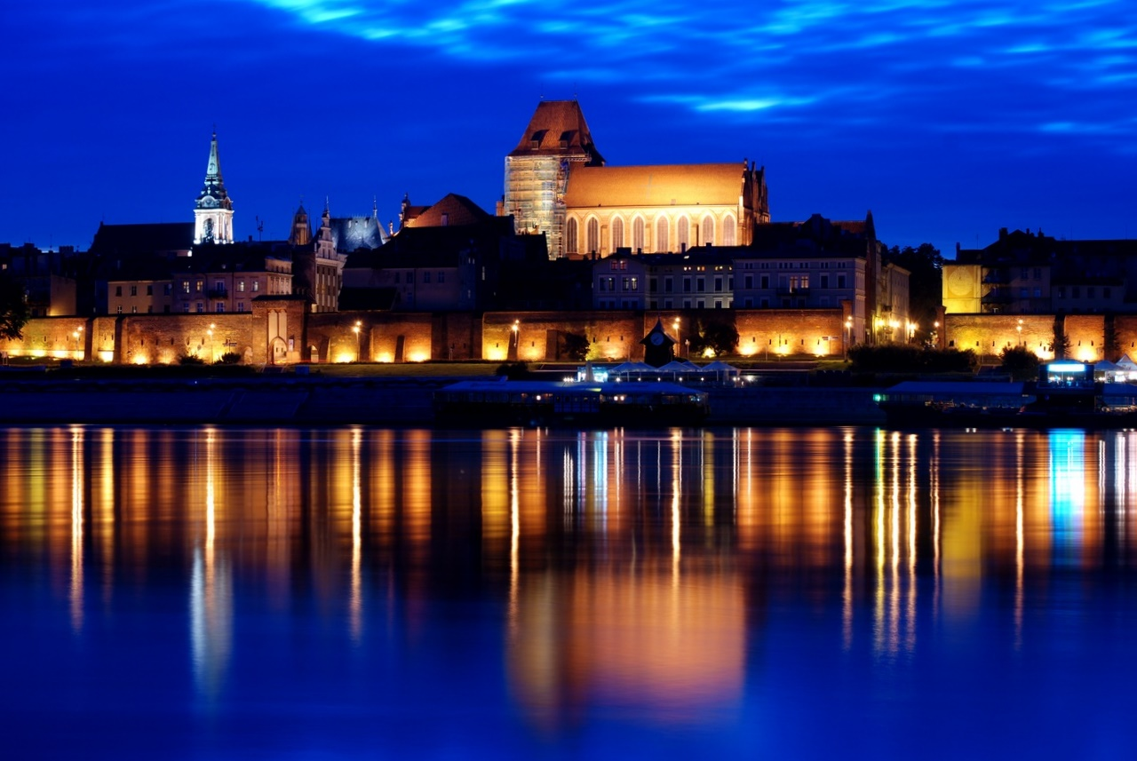 Torun di notte dal fiume Vistola