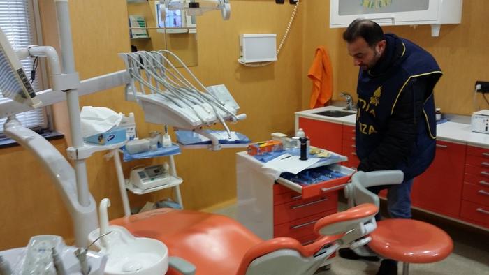 Falsi dentisti