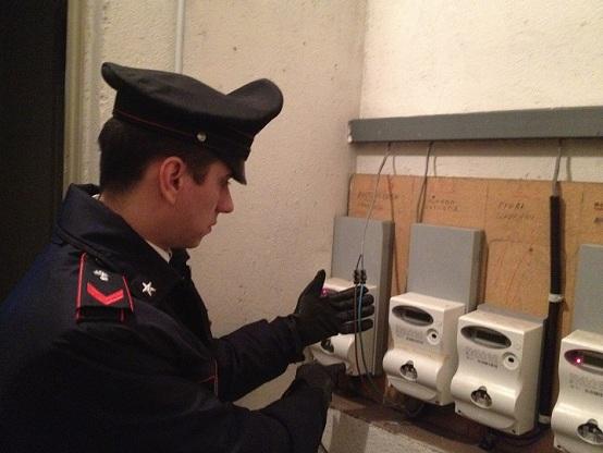 minaccia i carabinieri furto elettricità
