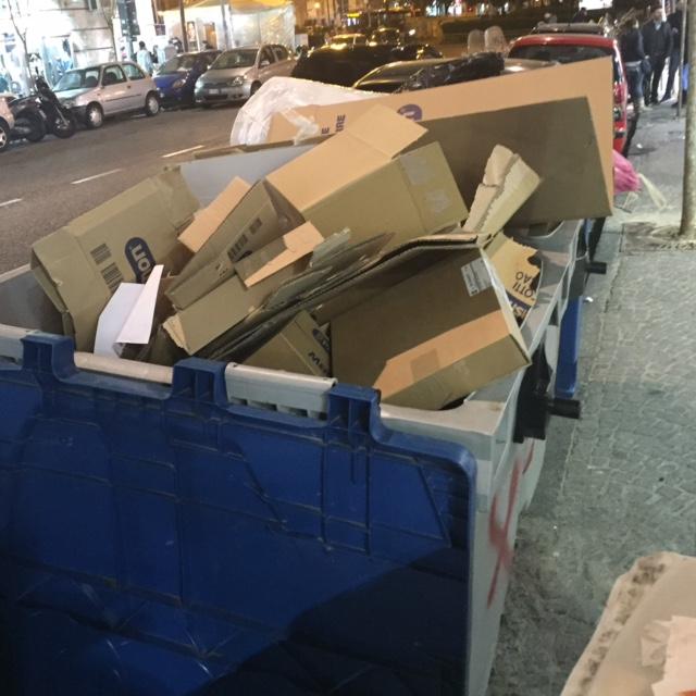 Via Tino di Camaino, cassonetti pieni d'imballaggi