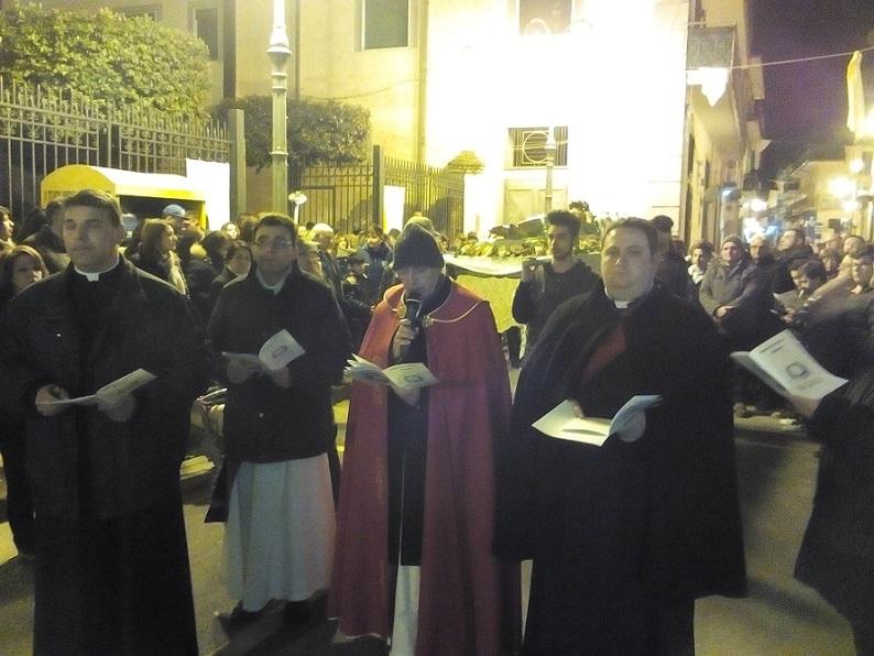 1. Parroco Don Ginetto De Simone alla Via Crucis Mariglianella 25.3.2016