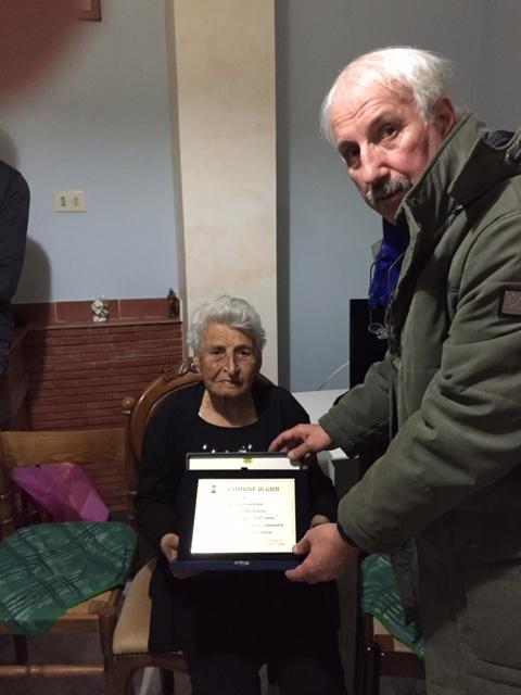 il sindaco Salati consegna la targa alla centenaria