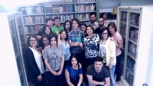 I ragazzi del Servizio Civile donano un volume della Costituzione alla biblioteca cittadina