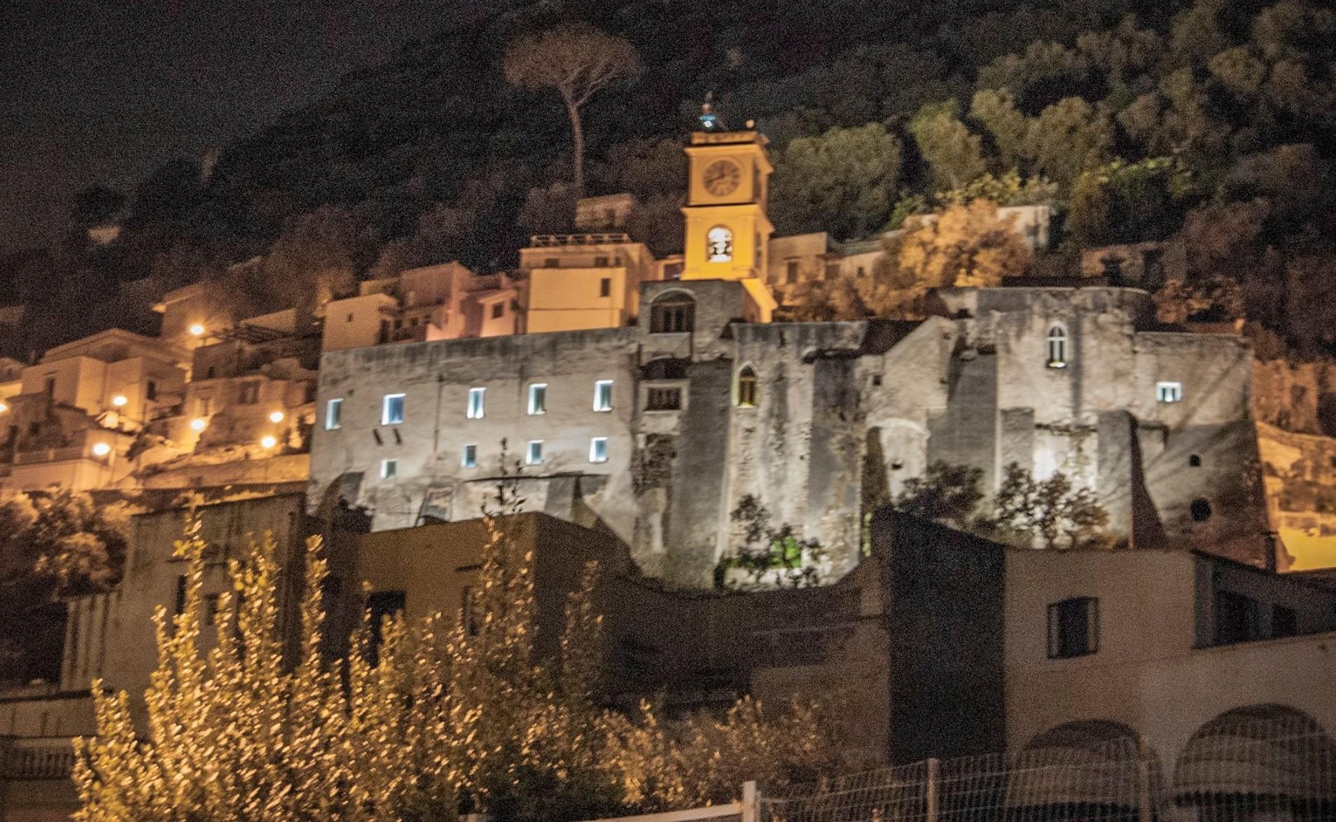 Tanta luce per le rovine del castello di sarno - Piscina san marcellino ...