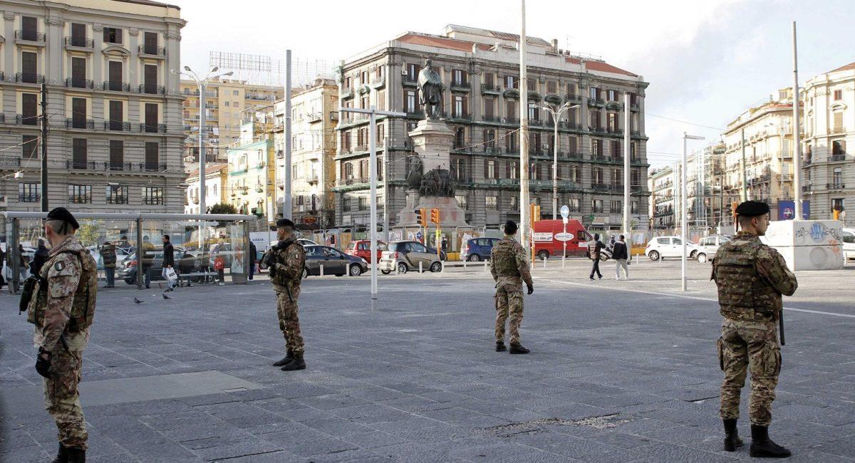 militari a Piazza Garibaldi Napoli