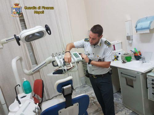 Ha uno studio dentistico, ma non è laureato: denunciato
