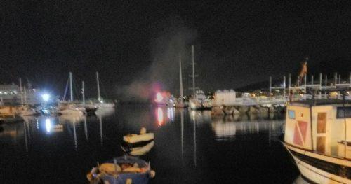 Yacht in fiamme, salvate cinque persone: l'imbarcazione affonda nel porto
