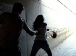 violenta due ragazze