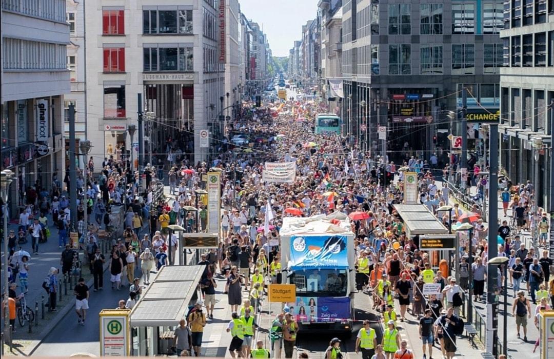 berlino porta di brandeburgo proteste 15mila