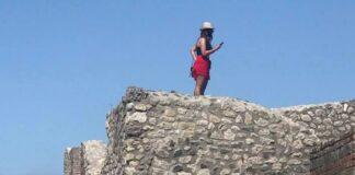 scavi pompei turista tetto