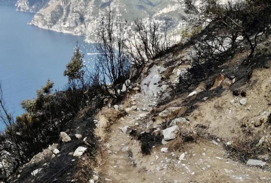 agerola sentiero degli dei incendio