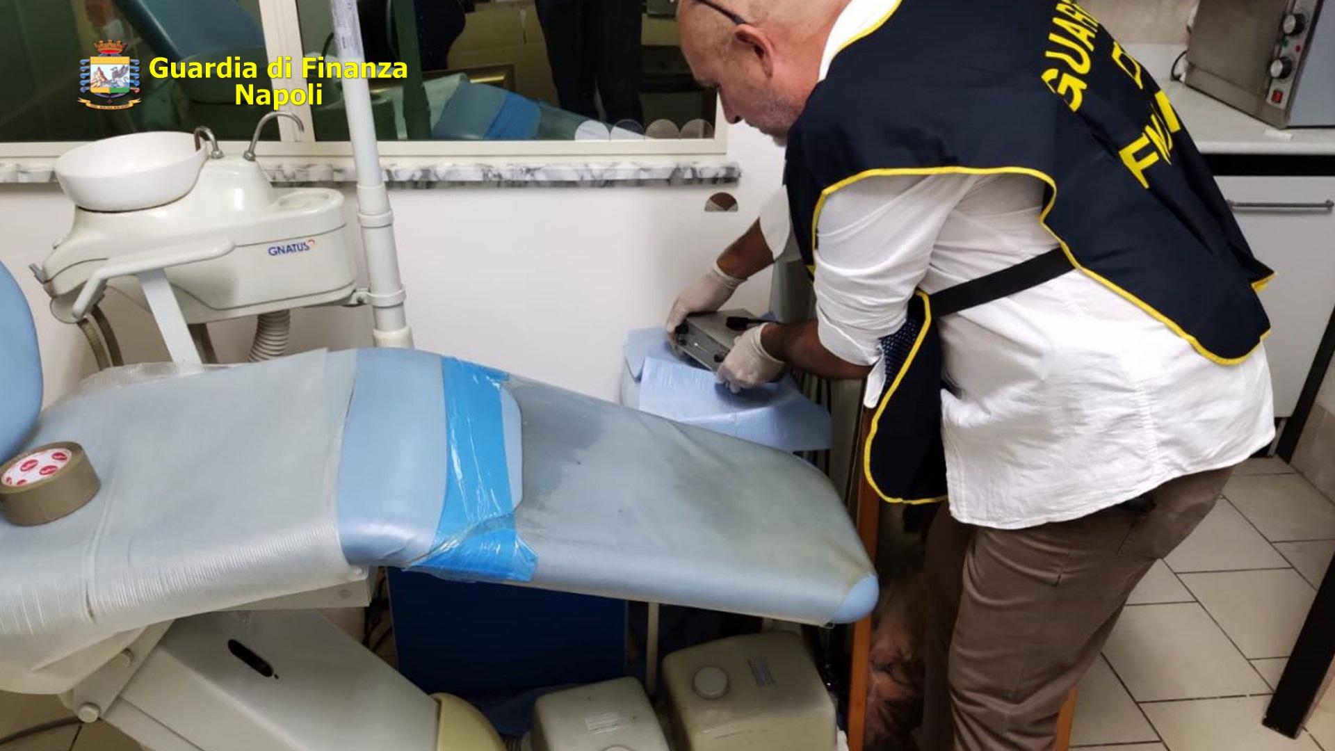 Napoli, sequestrato ambulatorio abusivo: denunciato falso dentista
