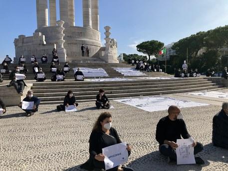 ai piedi del monumento ai Caduti di Ancona protesta DPCM