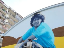Gragnano hub regala un'altro murale alla Città della pasta. Questa volta si rappresenta Maradona