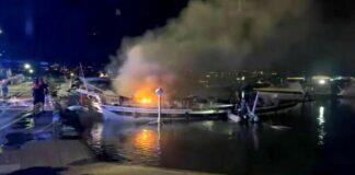 castellammare barca fiamme marina di stabia